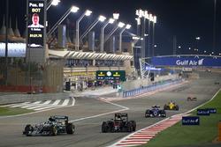 Ніко Росберг, Mercedes AMG, випереджає Стоффеля Вандорна, McLaren MP4-31, на коло