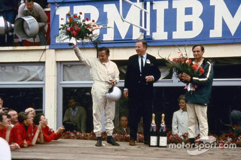 Von links: Bruce McLaren, Henry Ford II und Chris Amon nach dem Sieg auf dem Podium 1966 von 24Stund