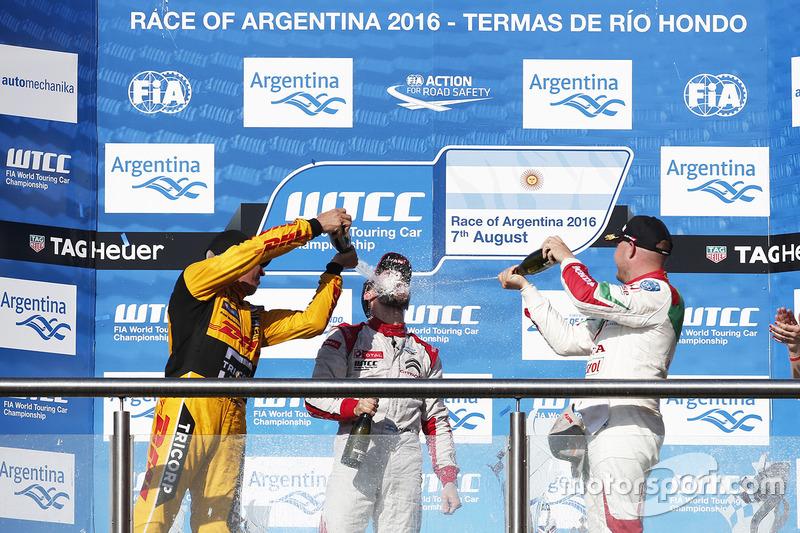 Podium: winner José María López, Citroën World Touring Car Team, second place Tom Coronel, Roal Moto
