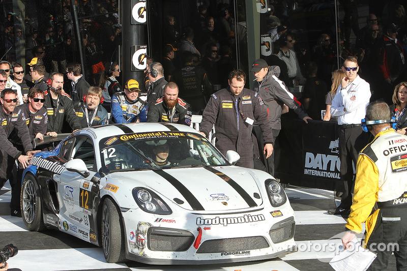 Ganador de la carrera #12 Bodymotion Racing Porsche Cayman GT4: Cameron Cassels, Trent Hindman