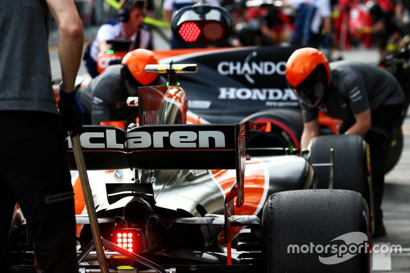 Stoffel Vandoorne, McLaren MCL32 y Fernando Alonso, McLaren MCL32