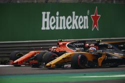 Stoffel Vandoorne, McLaren MCL32; Jolyon Palmer, Renault Sport F1 Team RS17