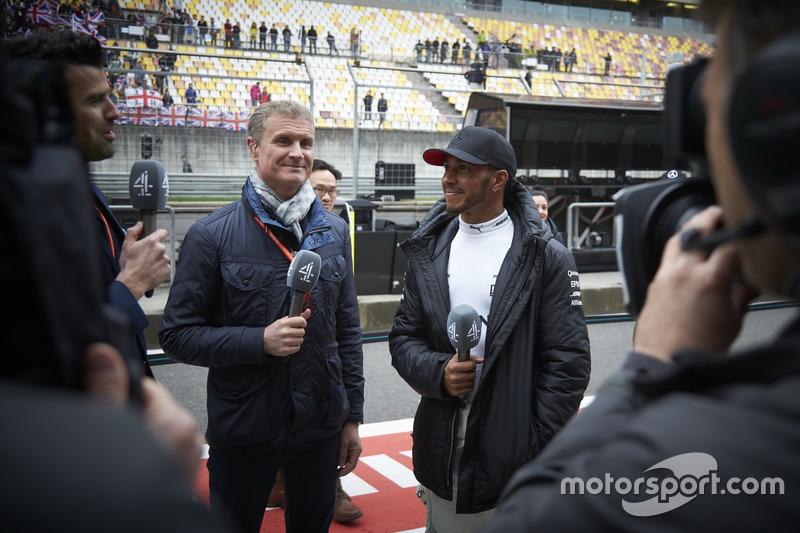Lewis Hamilton, Mercedes AMG, beim Interview mit David Coulthard, Kommentator, Channel 4 F1