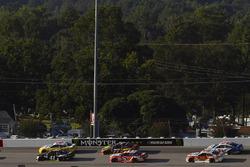 Kurt Busch, Stewart-Haas Racing Ford, Denny Hamlin, Joe Gibbs Racing Toyota