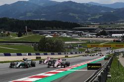 Льюіс Хемілтон, Mercedes AMG F1 W08, Естебан Окон, Sahara Force India VJM10, старт гонки