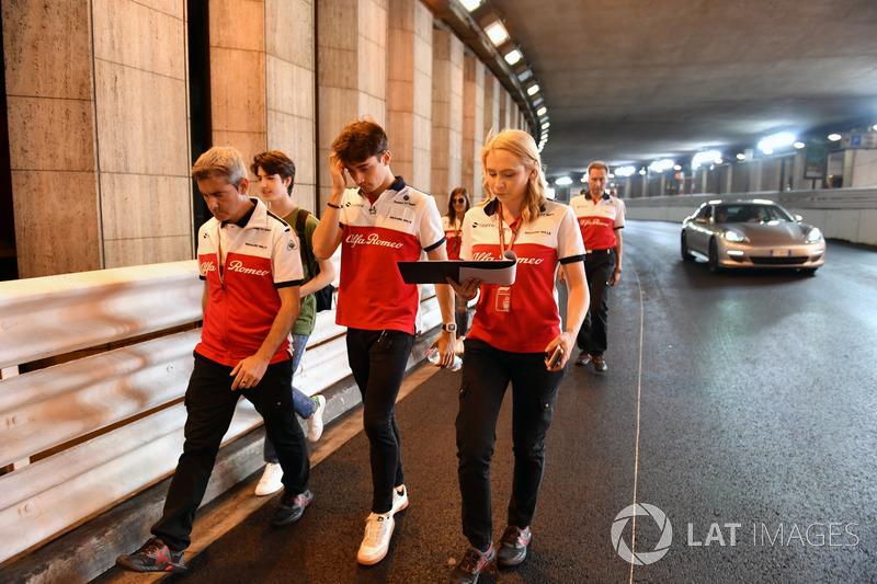 Charles Leclerc, Sauber, cammina lungo il circuito, passando per il tunnel, con Xevi Pujolar, Capo dell'Ingegneria in pista, Sauber e Ruth Buscombe, ingegnere della strategia, Sauber