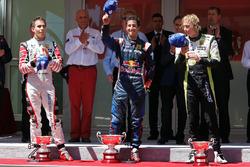 Podium: racewinnaar Daniel Ricciardo, ISR, tweede plaats Robert Wickens, Carlin, derde plaats Brendon Hartley, Charouz Racing