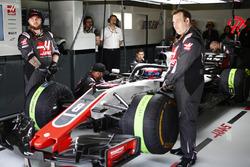 Romain Grosjean, Haas F1 Team VF-18 Ferrari, nel garage