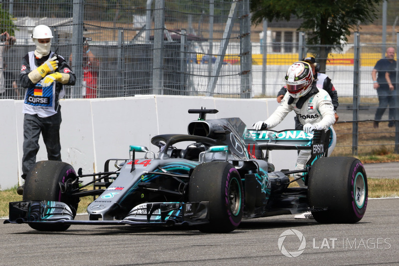 Lewis Hamilton, Mercedes-AMG F1 W09 stops on track and pushes his car