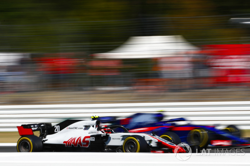 Kevin Magnussen, Haas F1 Team VF-18, y Pierre Gasly, Toro Rosso STR13
