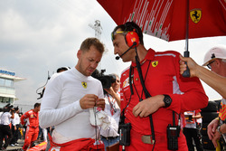 Sebastian Vettel, Ferrari,, in griglia di partenza con Riccardo Adami, ingegnere di pista Ferrari
