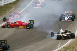Stefan Johansson, Ferrari F186 se desliza en la primera curva después de golpear a Teo Fabi, Benetton B186 BMW al inicio