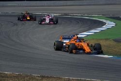 Fernando Alonso, McLaren MCL33, Esteban Ocon, Force India VJM11 y Daniel Ricciardo, Red Bull Racing RB14