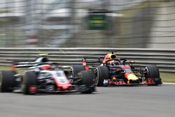 Daniel Ricciardo, Red Bull Racing RB14 et Kevin Magnussen, Haas F1 Team VF-18