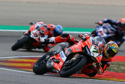 Chaz Davies, Aruba.it Racing-Ducati SBK Team, indica la bandiera rossa