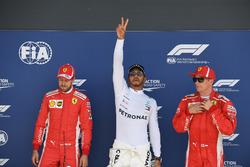 Sebastian Vettel, Ferrari, poleman Lewis Hamilton, Mercedes-AMG F1 e Kimi Raikkonen, Ferrari, festeggiano nel parco chiuso