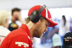 Sebastian Vettel, Ferrari, con cinta en el cuello