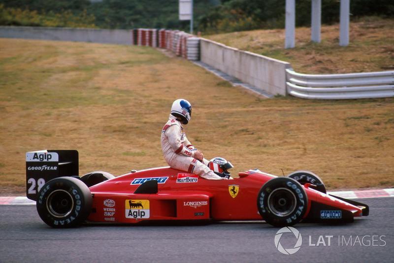 Suzuka 1988: Derek Warwick (Arrows) menumpang Gerhard Berger (Ferrari)