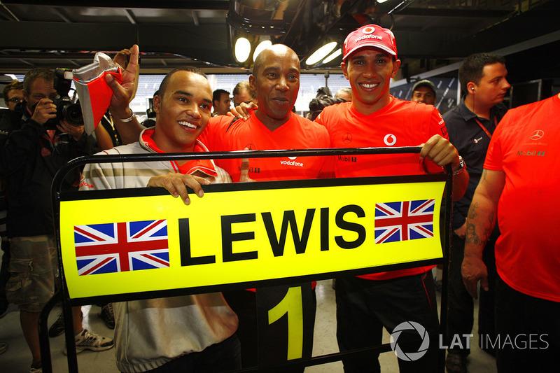 Lewis Hamilton, McLaren MP4-23, celebra ganar el título de de piltoos con hermano Nicolas Hamilton y el Padre Anthony