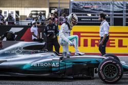 Il poleman Lewis Hamilton, Mercedes-Benz F1 W08 festeggia nel parco chiuso