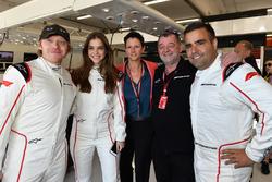 Rupert Grint, Actor y Barbara Palvin Model con Paul Stoddart, y Zsolt Baumgartner, en el coche de dos plazas F1 Experiences