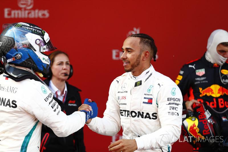 Гонщики Mercedes AMG F1 Валттери Боттас и Льюис Хэмилтон