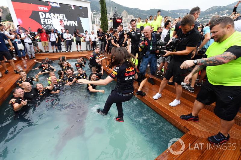 Команда Red Bull Racing празднует победу