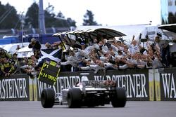 Johnny Herbert, Stewart Ford SF3 se lleva la bandera a cuadros