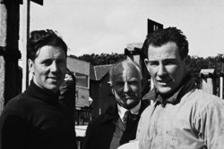 Geoff Duke y Stirling Moss hablan en boxes