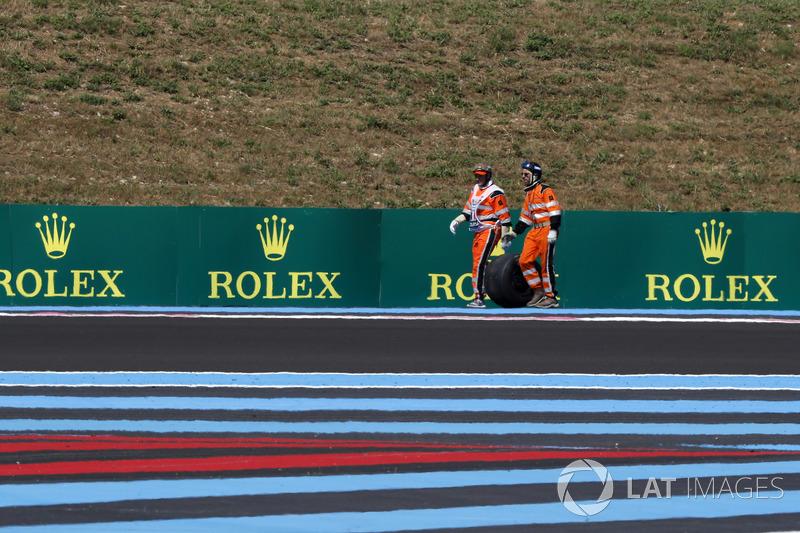 I marshal recuperano la ruota posteriore della monoposto di Sergio Perez, Force India VJM11, nelle FP2