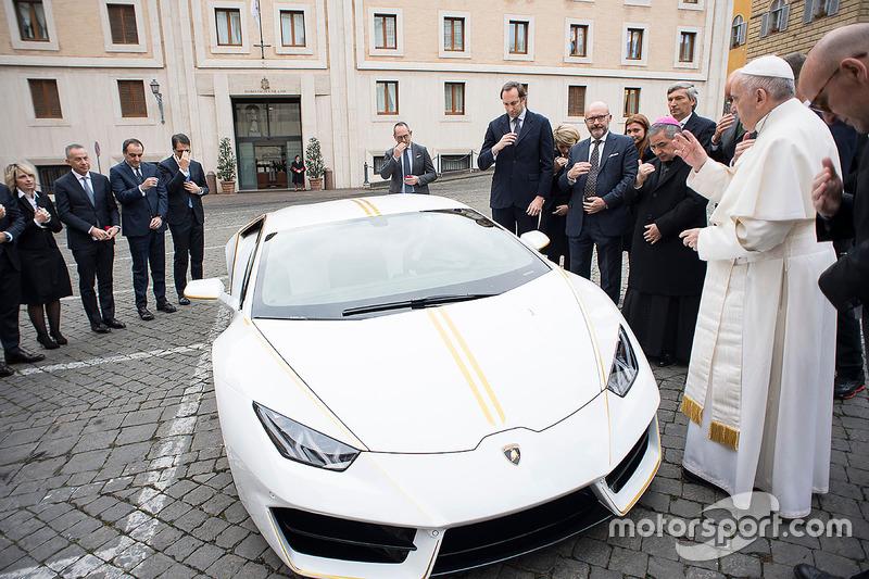 Paus Franciscus zegent een Lamborghini Huracan