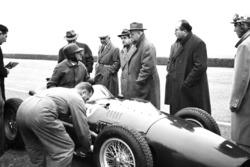 Ferrari 246 F1 test op Modena met Martino Severi, Enzo Ferrari, Luigi Bazzi en Carlo Chiti