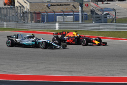Valtteri Bottas, Mercedes-Benz F1 W08 et Daniel Ricciardo, Red Bull Racing RB13 en lutte