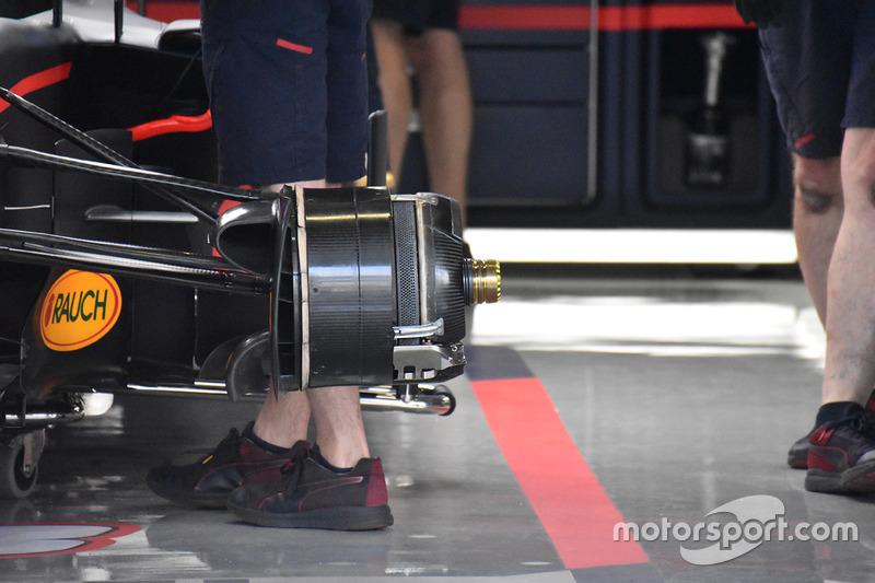 Detalle del montaje de la delantera del Red Bull Racing RB13