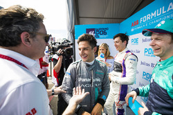 Alejandro Agag, CEO, Formula E, Mitch Evans, Jaguar Racing ve Oliver Turvey, NIO Formula E Team ile konuşuyor