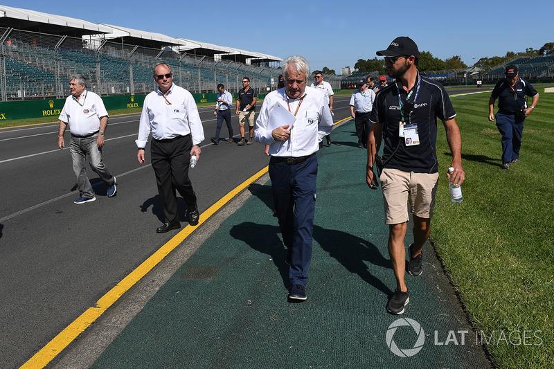 Charlie Whiting, Delegato FIA, cammina lungo il circuito