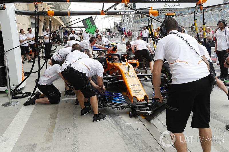 Pit stop practice with Stoffel Vandoorne's McLaren MCL33 Renault