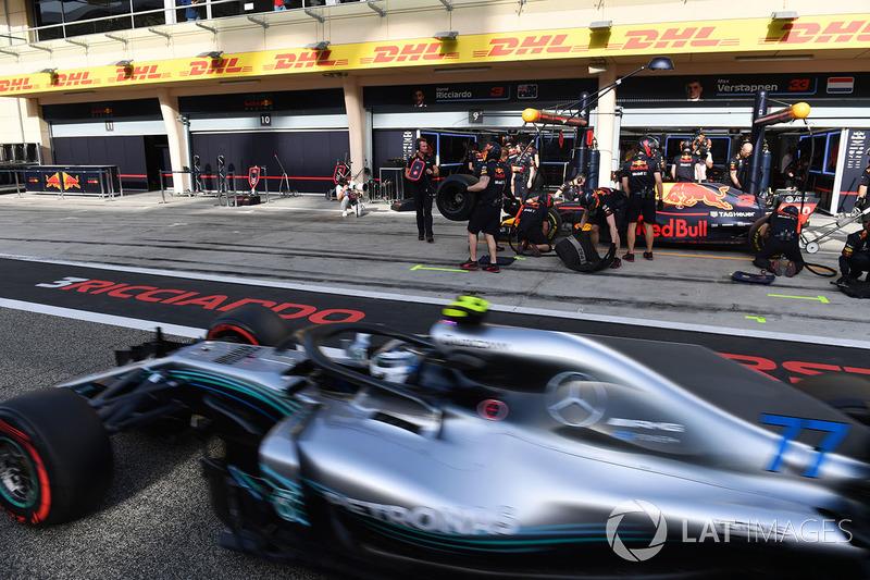Valtteri Bottas, Mercedes-AMG F1 W09 EQ Power+ passes Daniel Ricciardo, Red Bull Racing RB14
