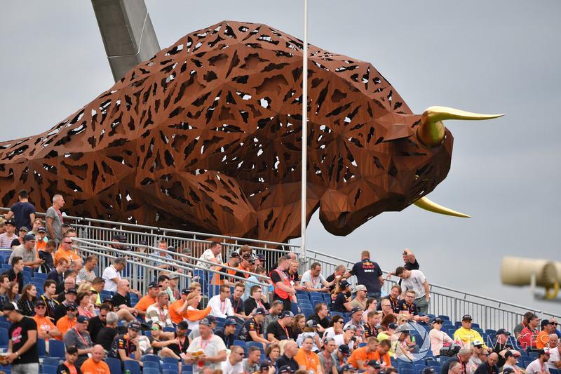 Fans y escultura de toro
