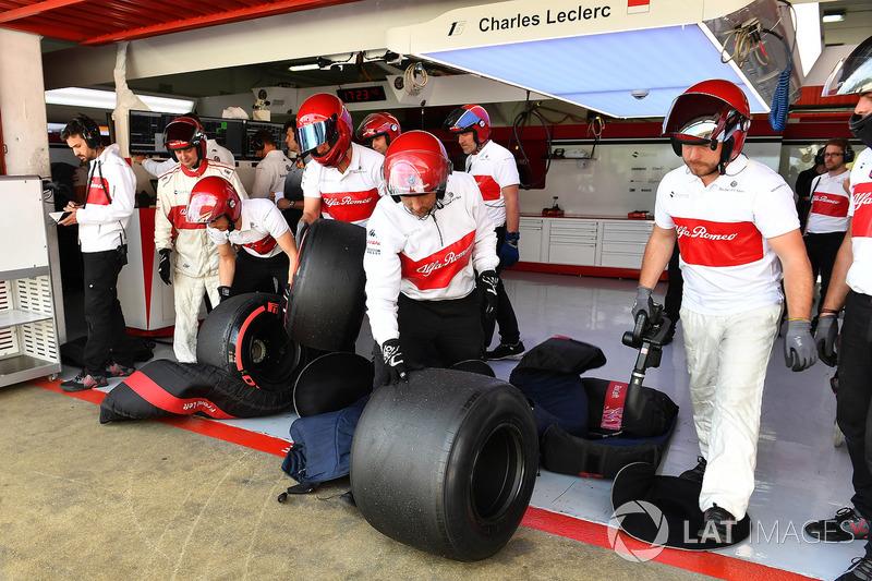 Механики Alfa Romeo Sauber и шины Pirelli