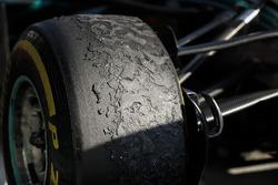 Neumático de Lewis Hamilton, Mercedes-AMG F1 en el parc ferme