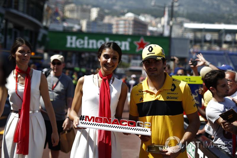 Carlos Sainz Jr., Renault Sport F1 Team con una modella del Monaco GP