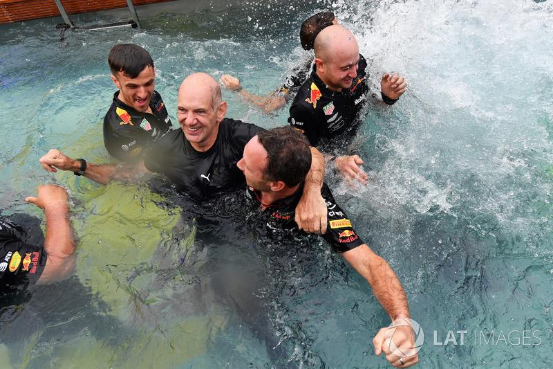 Adrian Newey, Red Bull Racing ve Christian Horner, Red Bull Racing Takım Patronu, Red Bull Energy Station havuzunda