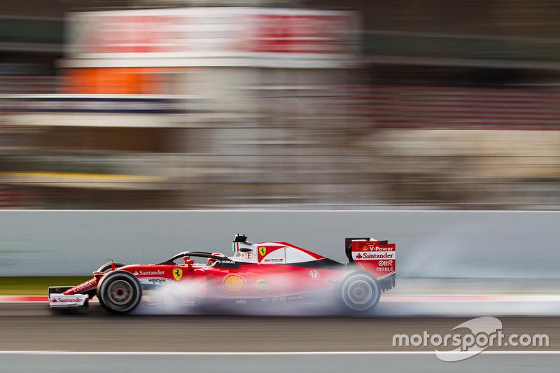 Kimi Raikkonen, Ferrari SF16-H running the Halo cockpit cover locks up under braking