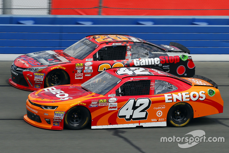 Kyle Larson, Chip Ganassi Racing, Chevrolet; Erik Jones, Joe Gibbs Racing, Toyota