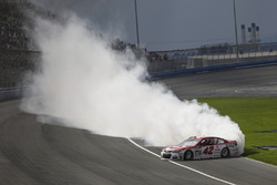 Kyle Larson, Chip Ganassi Racing Chevrolet celebrates his victory with a burnout
