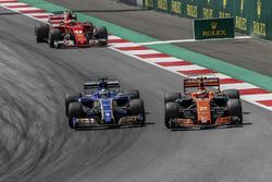 Stoffel Vandoorne, McLaren MCL32 y Marcus Ericsson, Sauber C36