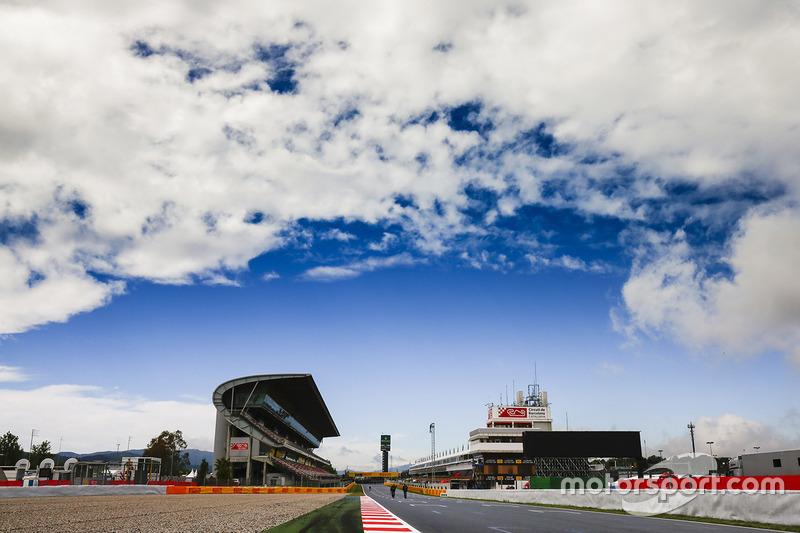 Nubes sobre el circuito en la recta principal