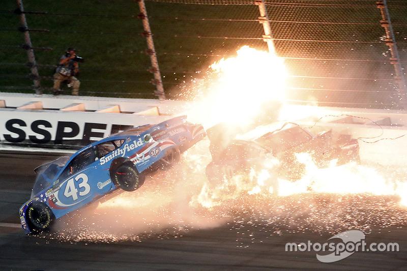 1. Aric Almirola, Richard Petty Motorsports Ford, Danica Patrick, Stewart-Haas Racing Ford, Joey Logano, Team Penske Ford en un fuerte accidente