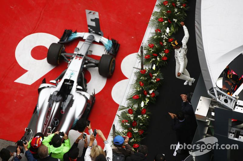 Podyum: Yarış galibi Lewis Hamilton, Mercedes AMG, 3. Max Verstappen, Red Bull Racing RB13, 2 Sebastian Vettel, Ferrari SF70H